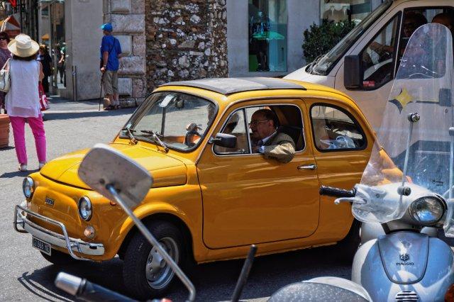 Altes Auto in Taormina_lzn